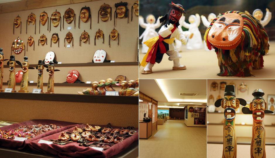 전시관에 전시된 다양한 탈. 탈춤과 장승들이 전시되어있는 전시관